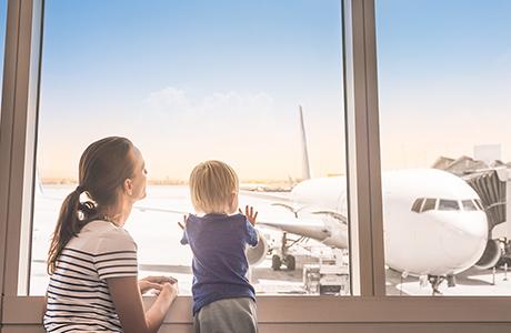 Moeder en kind op de luchthaven